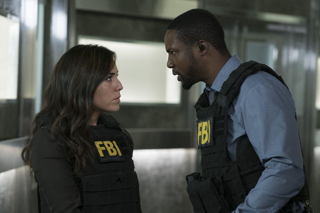 Zapata (Audrey Esparza, l.) beginnt, im Mordfall Jones Beweismittel verschwinden zu lassen, die Reade (Rob Brown, r.) belasten könnten ... - Bildquelle: Warner Brothers