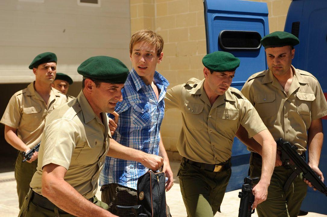 Gerät in die Mühlen einer höchst zweifelhaften Justiz: Der erst 17-jährige Marco W. (Vladimir Burlakov, M.) wird unschuldig für 247 Tage zu Drogenab... - Bildquelle: Willi Weber SAT.1