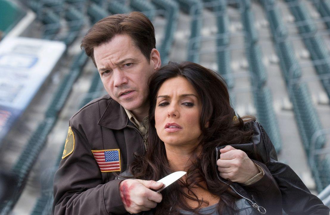 Duncans (Frank Whaley, l.) Plan scheint auszugehen, denn er bringt die Polizeipsychologin Maya (Tessie Santiago, r.) in seine Gewalt. Nun drohen ihr... - Bildquelle: Warner Bros. Television