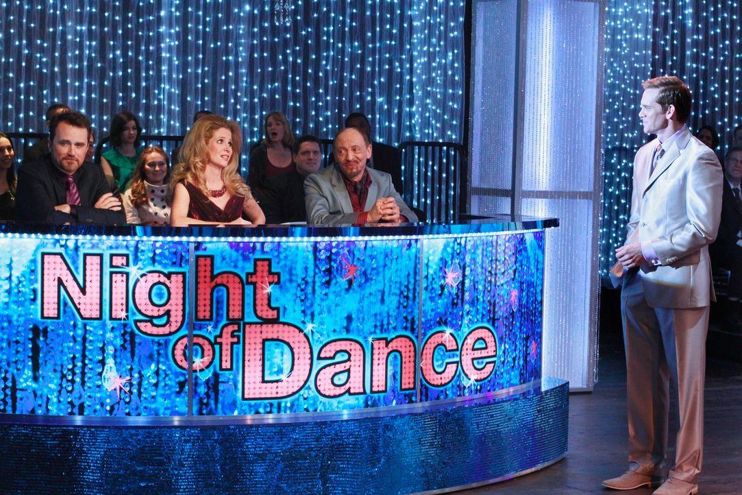 Max Renfro (Tim Ransom, l.), Pam Francis (Lauralee Bell, 2.v.l.) und Pierre Dubois (Braeden Marcott, 2.v.r.) sitzen in der Jury der beliebten Tanzsh...