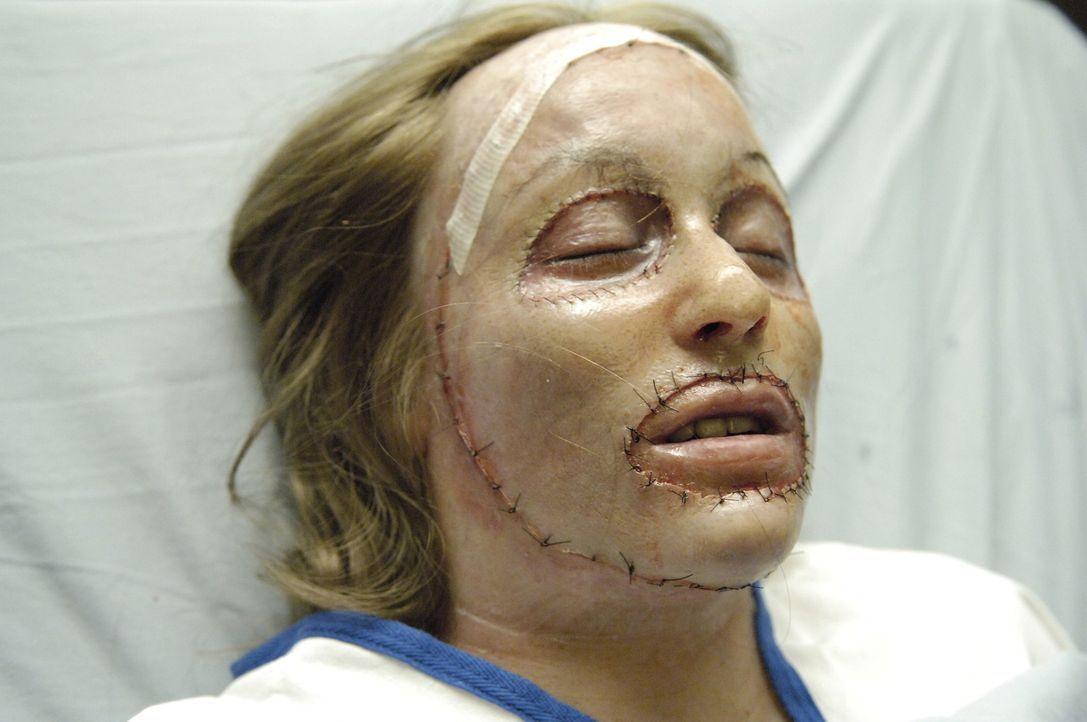 Wird Hannah (Darsteller unbekannt) die neue Haut annehmen? - Bildquelle: TM and   2005 Warner Bros. Entertainment Inc. All Rights Reserved.