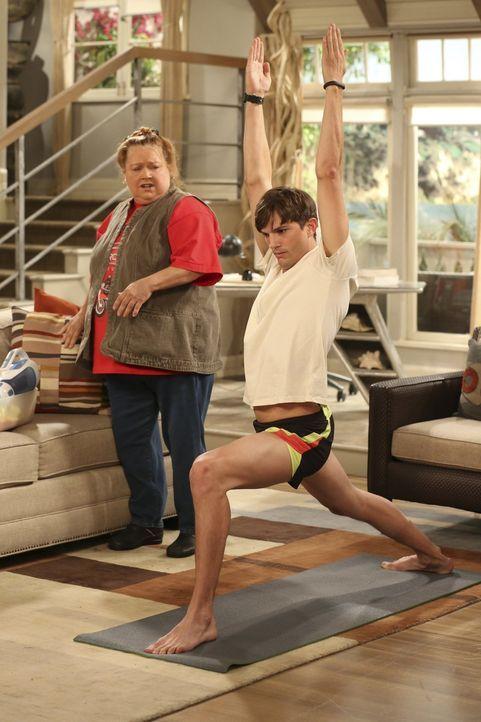 Waldens (Ashton Kutcher, r.) Nerven liegen blank, denn als er seine Yogaübungen macht, wird er von Berta (Conchata Ferrell, l.) gestört ... - Bildquelle: Warner Brothers