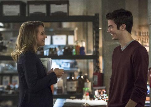 The Flash - Patty (Shantel VanSanten, l.) und Barry (Grant Gustin, r.) verste...