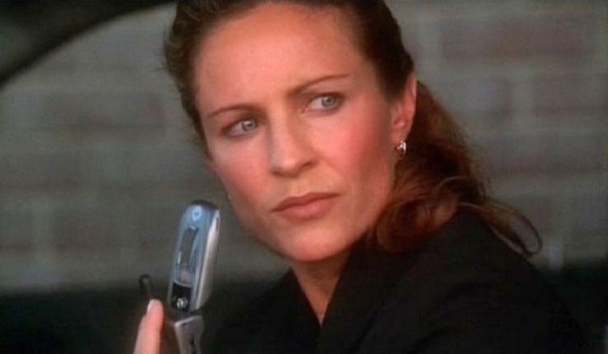 Special Agent Paula Cassidy (Jessica Steen) observiert einen Terrorverdächtigen ... - Bildquelle: CBS Television