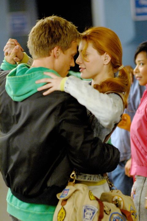 Im Jahr 1989 lernen sich Nadia (Elena Satine, r.) und Cyrus (Dustin McCamie, l.) kennen und lieben ... - Bildquelle: Warner Bros.