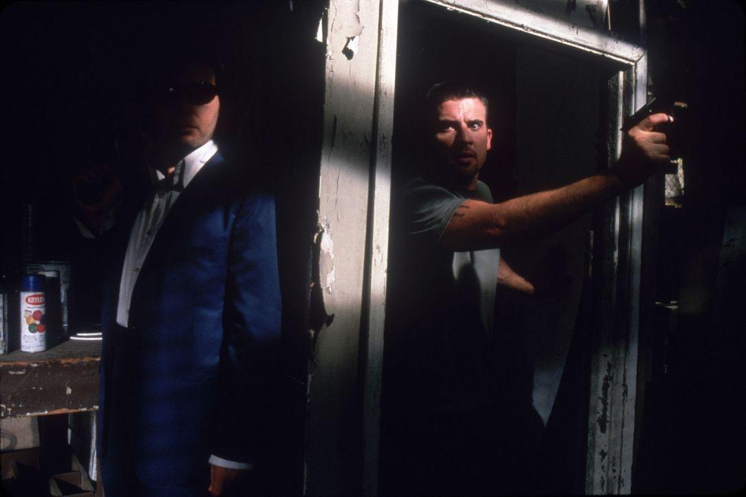 Eines Tages verfolgt Loser Lew (Dominic Purcell, r.) zufällig ein Gespräch unter Gangstern, die planen, eine Entführung mit hoher Lösegeldforder... - Bildquelle: Sony Pictures Television International. All Rights Reserved.