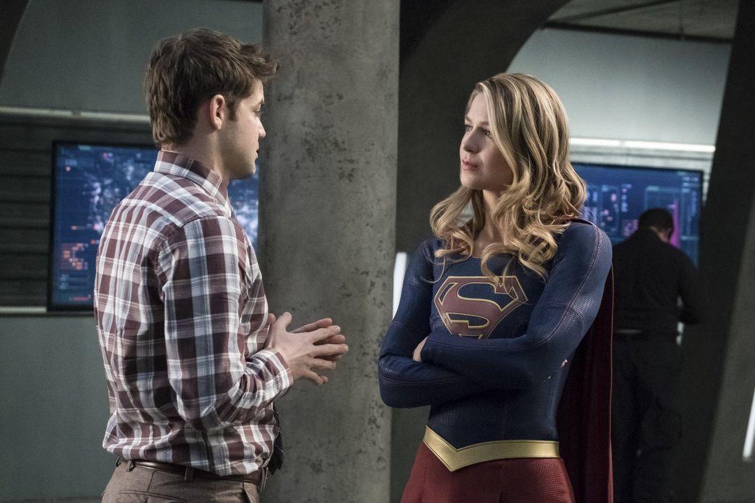 Winn (Jeremy Jordan, l.), Kara alias Supergirl (Melissa Benoist, r.) und der Rest des Teams müssen sich auf eine epische Schlacht vorbereiten, nachd... - Bildquelle: 2017 Warner Bros.