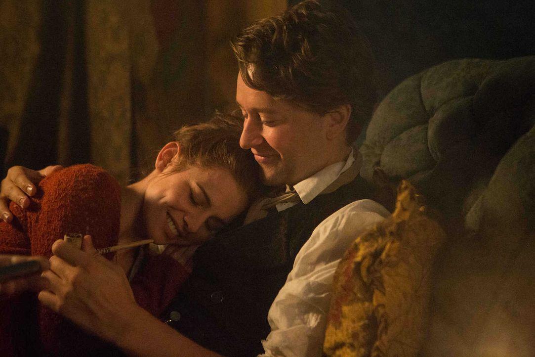 Liebe auf den ersten Blick: Gesa (Josefine Preuß, l.) und Wilhelm (Adrian Topol, r.) ... - Bildquelle: Lukas Zentel SAT.1