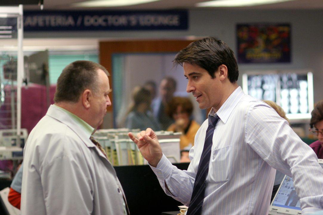 Besprechen den vergangen Arbeitstag: Frank (Troy Evans, l.) und Luka (Goran Visnjic, r.) ... - Bildquelle: Warner Bros. Television