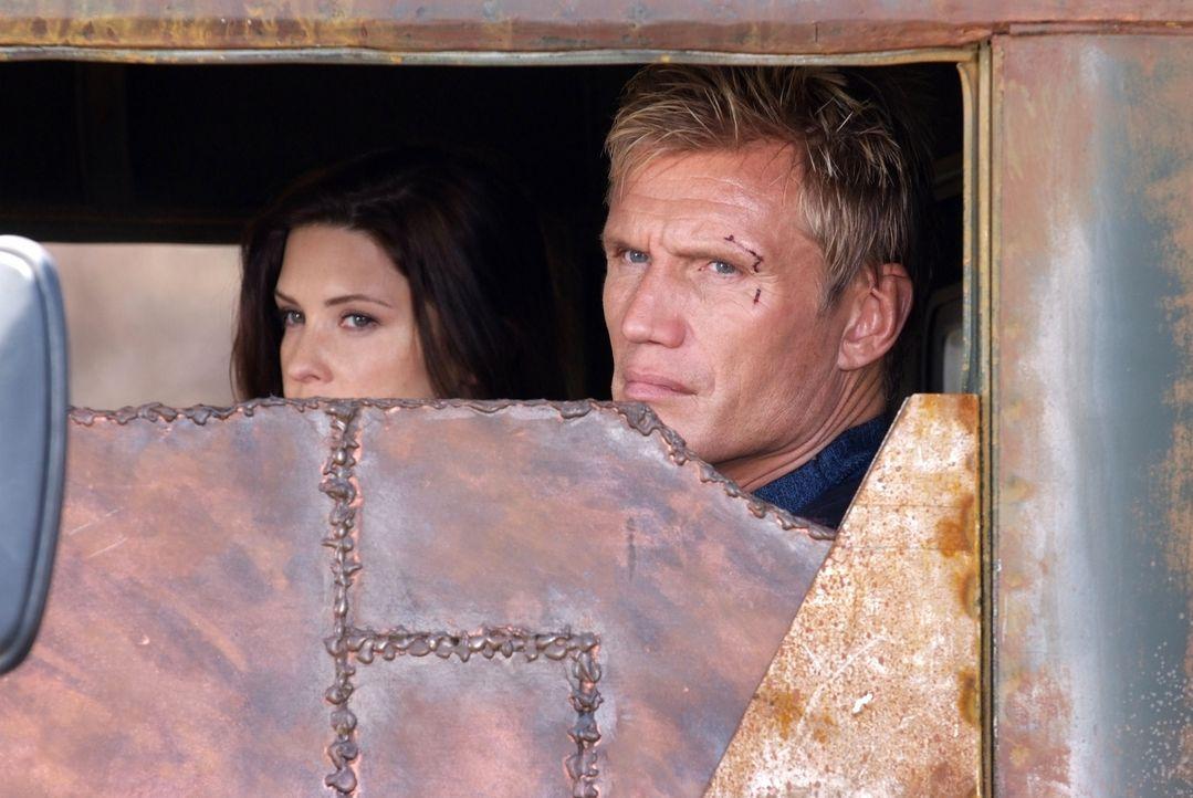 Ratzfatz gelingt es dem amerikanischen Ex-Special-Forces-Agenten Mike Riggins (Dolph Lundgren, r.) die von Paramilitärs auf dem Balkan entführte Ana... - Bildquelle: Nu Image