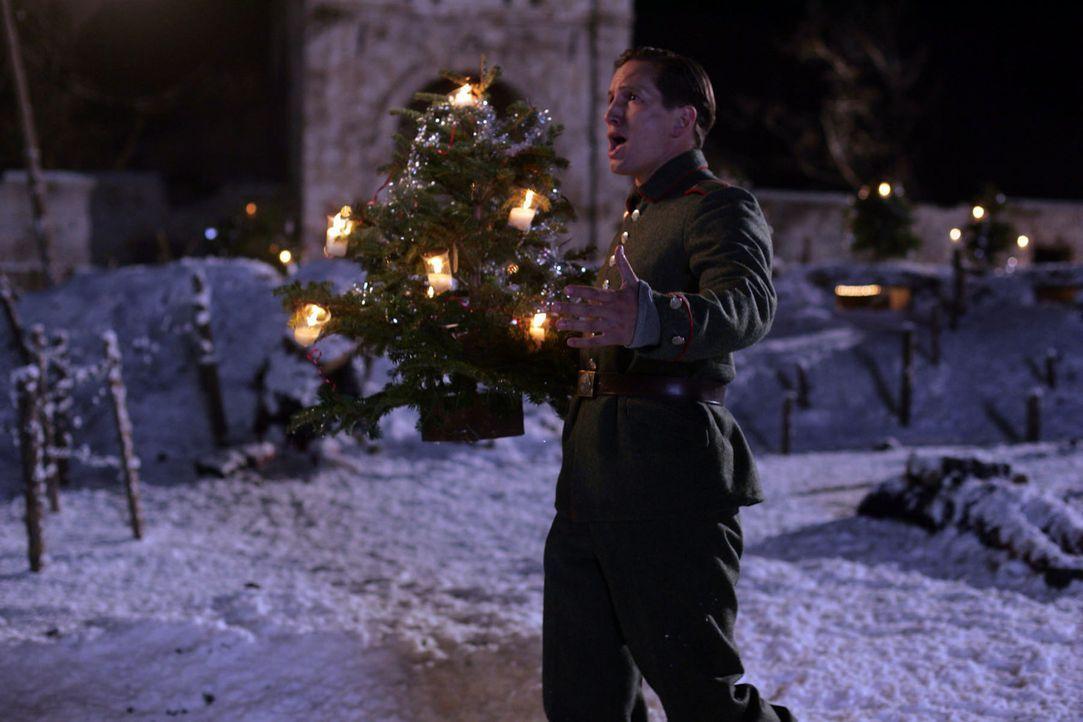 Nikolaus Sprink (Benno Fürmann) singt für die Soldaten ein Weihnachtslied. Für den Tenor eine willkommene Abwechslung - Bildquelle: Lolafilms S.A.