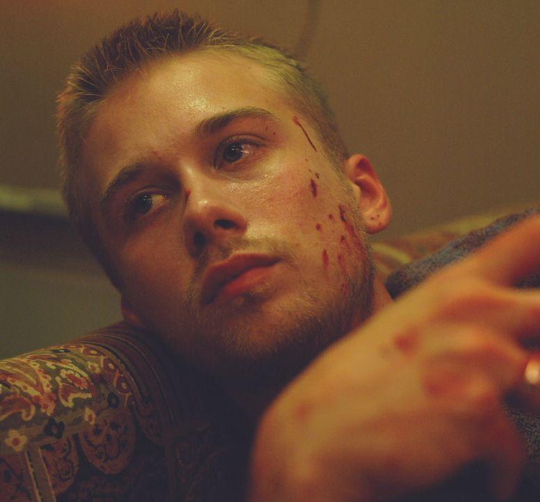 Kevin (Lou Taylor Pucci) wird bei dem Überfall auf die Tankstelle schwer verletzt. - Bildquelle: Ascot Elite Entertainment Group