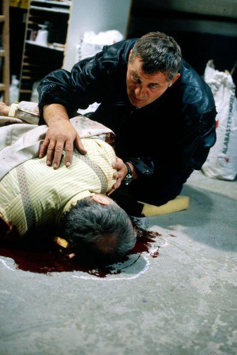 Als sein Bruder Carlo ermordet wird, will Stan Becker (Heinz Hoenig, r.) die Aufklärung nicht dem Morddezernat überlassen. Er ermittelt auf eigene F... - Bildquelle: Axel Fremmer Sat.1