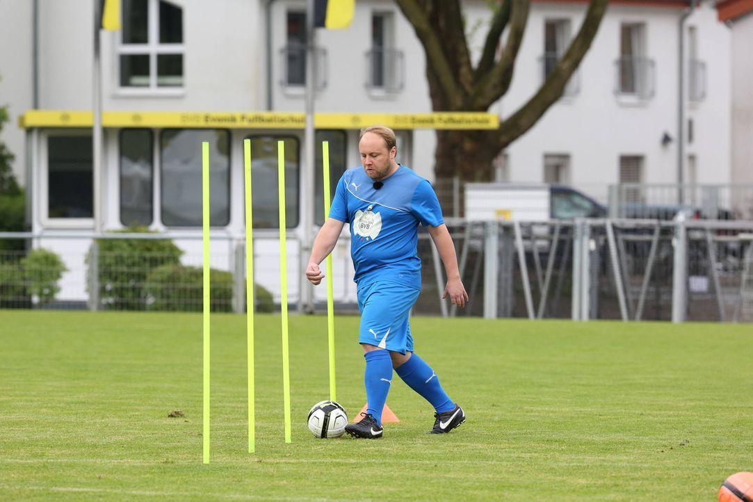 Martin Busch möchte gegen den BVB antreten. Doch wird er von Oliver Pocher in die Mannschaft gewählt? - Bildquelle: Ralf Jürgens SAT.1