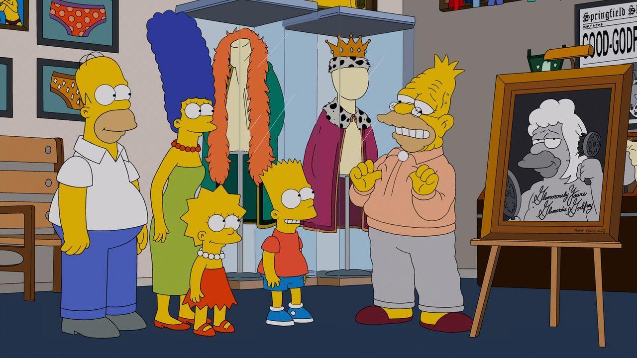 Durch eine TV-Sendung entdecken Homer (l.), Marge (2.v.l.), Lisa (M.) und Bart (r.) die ehemalige Identität von Grampa (r.) ... - Bildquelle: und TM Twentieth Century Fox Film Corporation - Alle Rechte vorbehalten