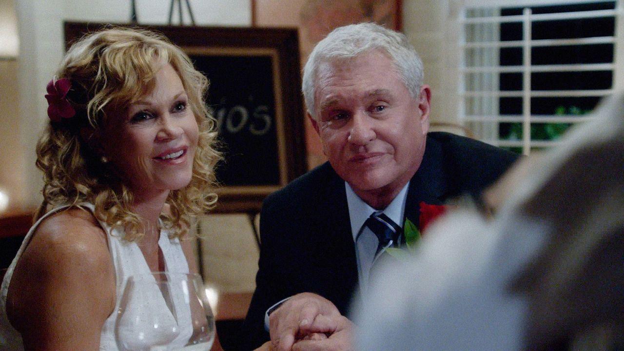 Um seine Eltern Eddie (Tom Berenger, r.) und Clara (Melanie Griffith, l.) wieder zusammenzubringen, lässt sich Danny etwas ganz Besonderes einfallen... - Bildquelle: 2013 CBS Broadcasting Inc. All Rights Reserved