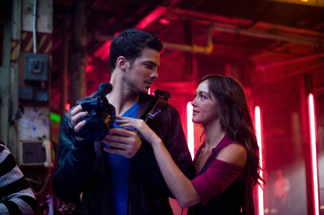 Verlieben sich ineinander: Luke (Rick Malambri, l.) und seine Entdeckung Natalie (Sharni Vinson, r.) ... - Bildquelle: Constantin Film