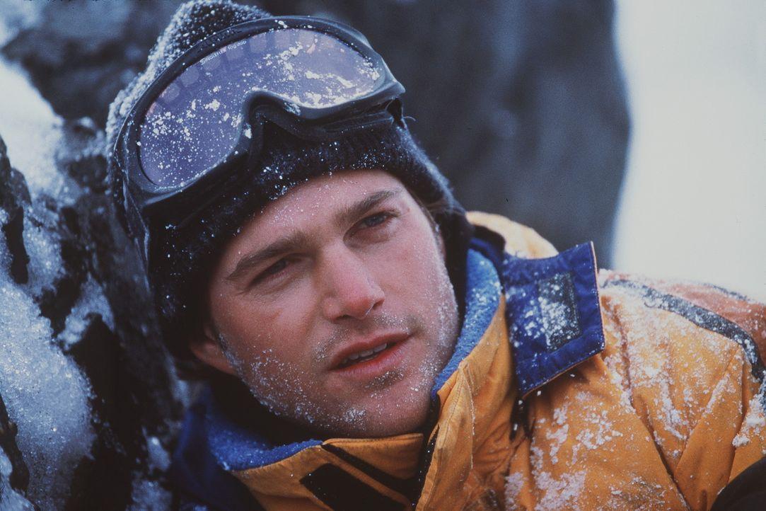 Schon bald muss der junge Bergsteiger Peter Garrett (Chris O'Donnell) feststellen, dass Lawinen und Schneestürme nicht seine einzigen Feinde in der... - Bildquelle: Columbia Pictures