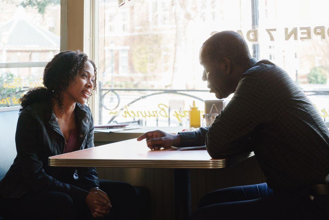 Abbie (Nicole Beharie, l.) trifft sich mit ihrem Vater Ezra Mills (James McDaniel, r.), um die Antwort auf eine Frage zu bekommen, die sie seit dem... - Bildquelle: 2015-2016 Fox and its related entities.  All rights reserved.