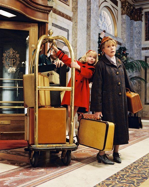 Gemeinsam mit ihrer Schildkröte Skipperdee, dem Hund Weenie und der über alles geliebten Nanny (Julie Andrews, r.) hält Eloise (Sofia Vassilieva,... - Bildquelle: DiNovi Pictures