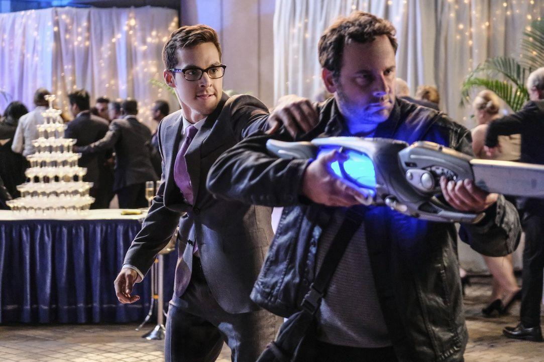 Als auf Lenas Party plötzlich eine gefährliche Gang auftaucht und von ihren Alien-Waffen Gebrauch macht, versucht Mon-El (Chris Wood, l.) sein Fehlv... - Bildquelle: 2016 Warner Bros. Entertainment, Inc.