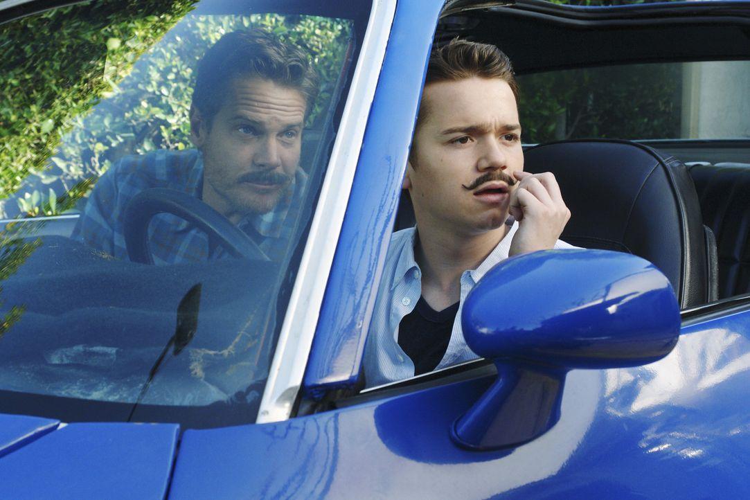 Bobby (Brian Van Holt, l.) involviert seinen Sohn Travis (Dan Byrd, r.) ist eine Ballonjagd, bei der es 2.000 Dollar zu gewinnen gibt ... - Bildquelle: 2009 ABC INC.