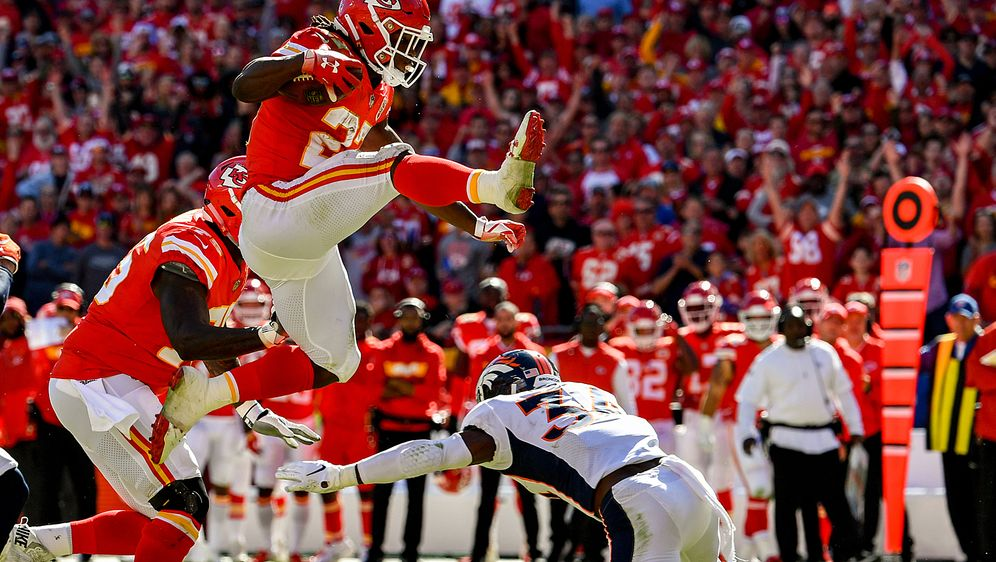 52534c56f Kareem Hunt von den Kansas City Chiefs hebt ab und läuft in die Endzone -  Bildquelle