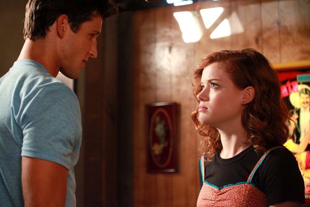 Nach unzähligen Einladungen ihrer Nachbarn Sheila und Fred müssen George und Tessa (Jane Levy, r.) schließlich nachgeben und der Einladung folgen... - Bildquelle: Warner Bros. Television