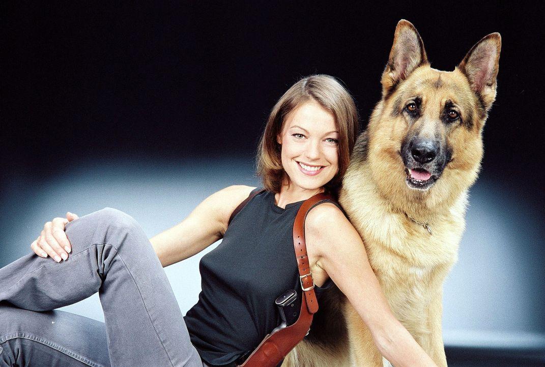 Kriminalinspektorin Niki Herzog (Elke Winkens) und Rex ... - Bildquelle: Ali Schafler Sat.1