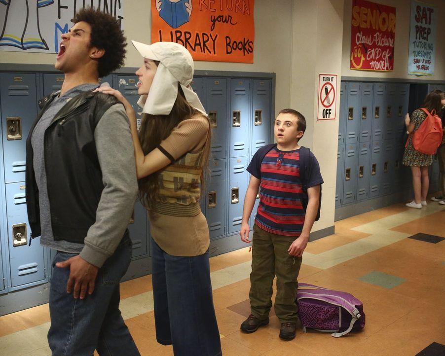 Als Cindy (Casey Burke, M.) Dylan (Chasen Banks, l.) klarmacht, dass er Brick (Atticus Shaffer, r.) in Ruhe lassen soll, gefällt das Brick überhaupt... - Bildquelle: Warner Bros.