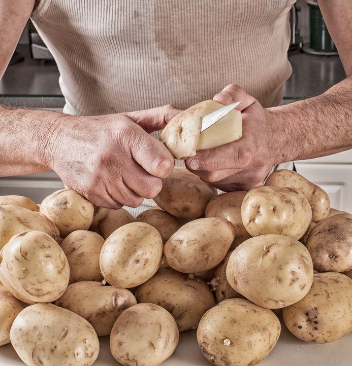 #2: Gekochte Kartoffeln pellen - Bildquelle: Getty