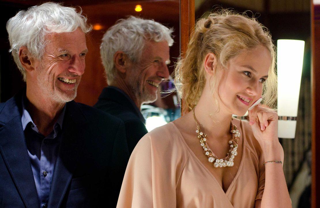 Für Esters Vater Paul (Mathieu Carrière, l.) und ihre Schwester Lilly (Elena Carrière, r.) ist es völlig unverständlich, warum Ester sich seit... - Bildquelle: Silvia Zeitlinger SAT.1