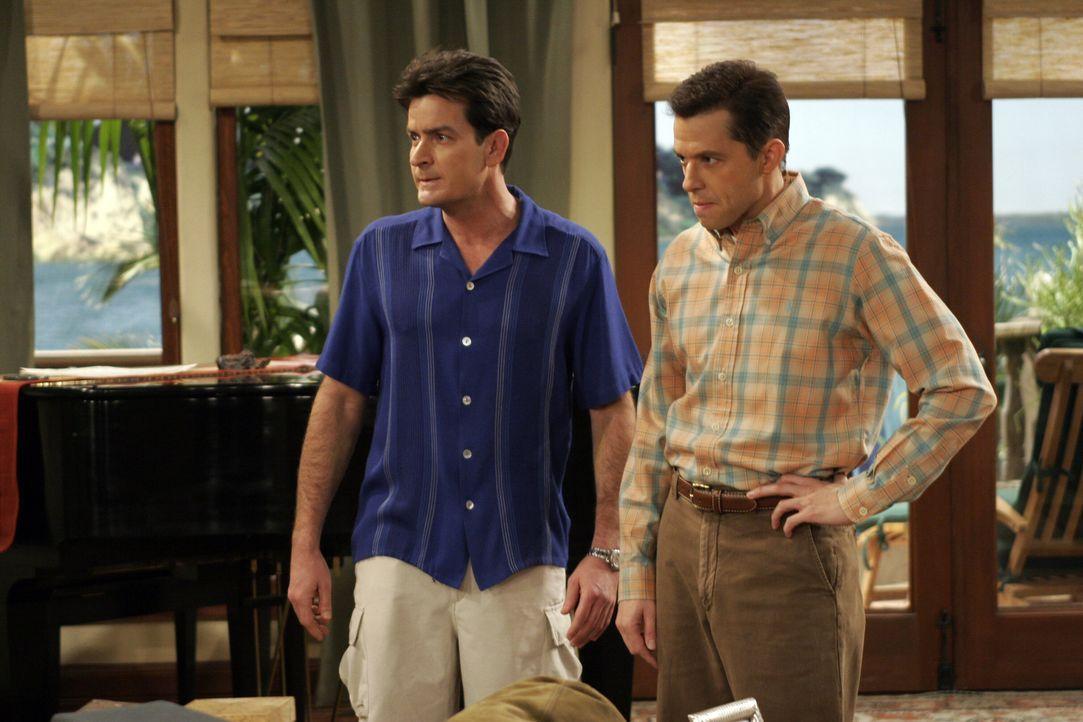 Wollen Judith wieder los werden: Charlie (Charlie Sheen, l.) und Alan (Jon Cryer, r.) ... - Bildquelle: Warner Brothers Entertainment Inc.