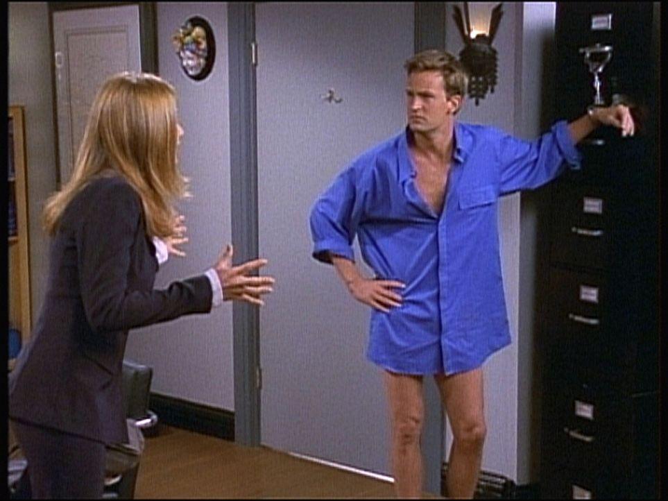 Chandler (Matthew Perry, r.) hofft, von Rachel (Jennifer Aniston, l.) aus seiner ungünstigen Lage befreit zu werden. - Bildquelle: TM+  2000 WARNER BROS.