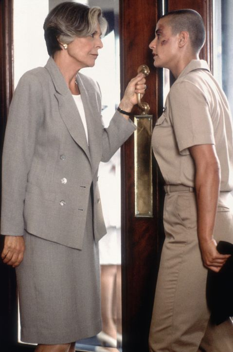 Die launische Senatorin Lilian DeHaven (Anne Bancroft, l.), die O'Neil (Demi Moore, r.) zu dem Posten bei der Elitetruppe verholfen hat, fällt ihr... - Bildquelle: Buena Vista International
