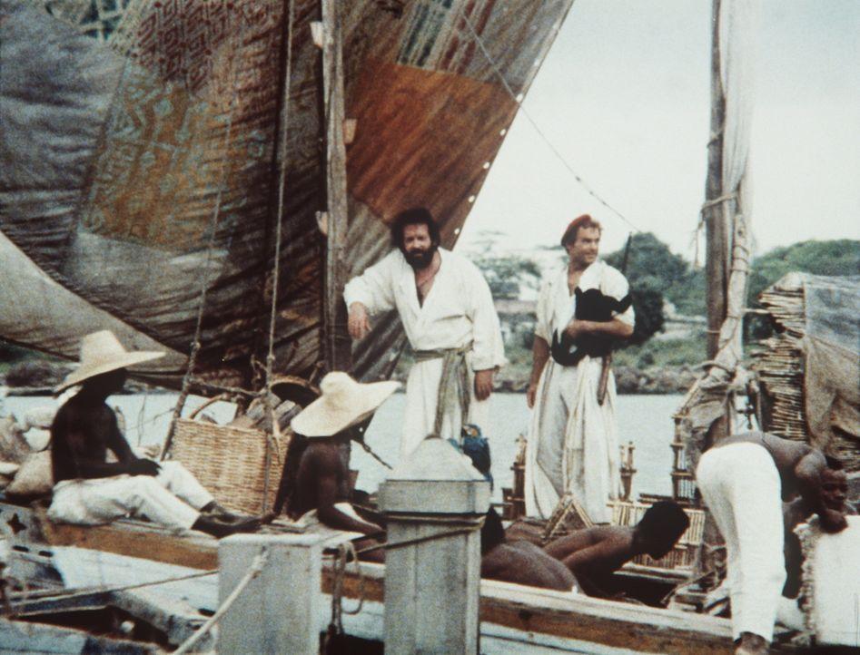 Statt die Einheimischen zu taufen, sehen es Pater J. (Terence Hill, l.) und Pater Pedro (Bud Spencer, r.) eher als ihre Pflicht als Missionare an, d... - Bildquelle: Tobis Filmkunst