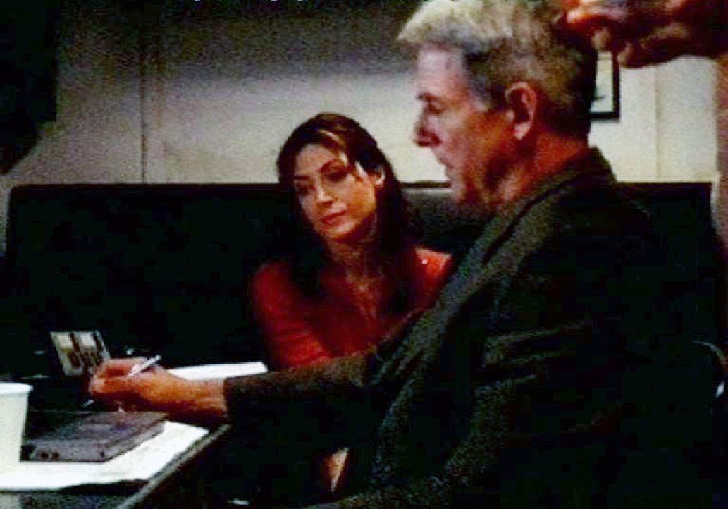 Gibbs (Mark Harmon, r.) und Caitlin 'Kate' Todd (Sasha Alexander, l.) ermitteln auf der USS Foster und geraten dabei in eine Welt zwischen Fantasie... - Bildquelle: CBS Television
