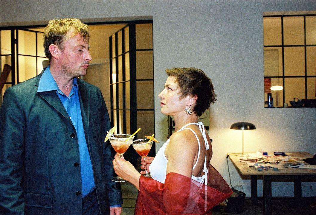 Jan alias Kai (Eckhard Preuß, l.) wundert sich über Anna alias Sarah (Claudia Schmutzler, r.). - Bildquelle: Susan Skelton Sat.1