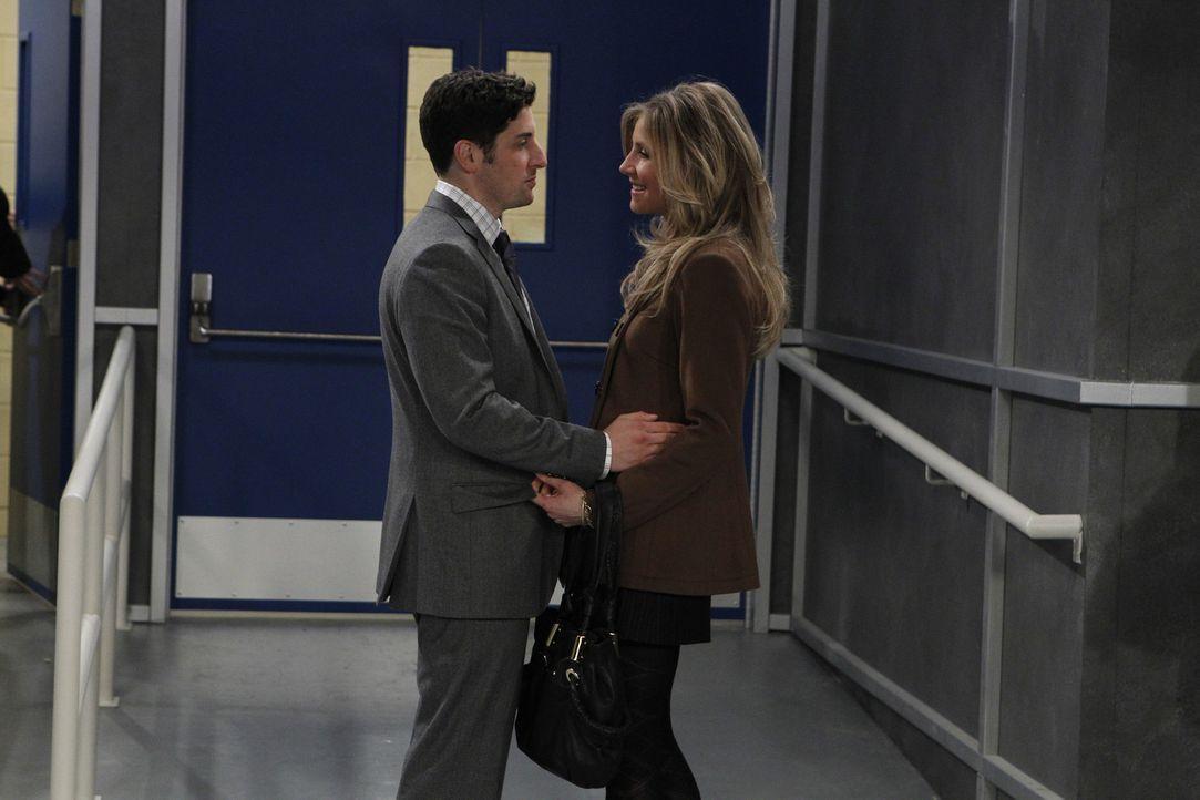 Kate (Sarah Chalke, r.) will Ben (Jason Biggs, l.) unbedingt spontan zu einem kleinen Ausflug entführen ... - Bildquelle: CPT Holdings, Inc. All Rights Reserved.