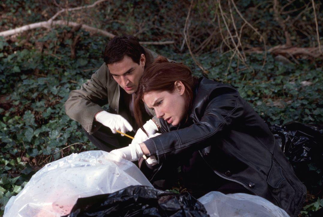 Als die Leiche eines Mädchens gefunden wird, übernimmt die erfahrene Indizienexpertin Detective Cassie Mayweather (Sandra Bullock, r.) den Fall. Unt... - Bildquelle: Warner Brothers International Television Distribution Inc.
