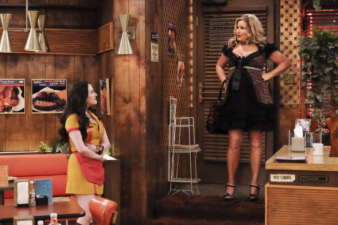 Während Sophie (Jennifer Coolidge, r.) sich weigert, normale Umstandskleidung zu tragen, hadert Max (Kat Dennings, l.) mit ihrer Beziehung zu Randy.... - Bildquelle: 2016 Warner Brothers