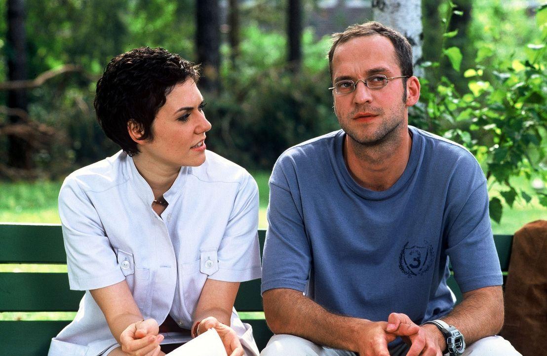 Mike Eder (Matthias Matz, r.) erzählt Schwester Sarah (Katrin Ritt, l.), dass er ein bekannter Fußball-Star ist. - Bildquelle: Norbert Kuhroeber Sat.1