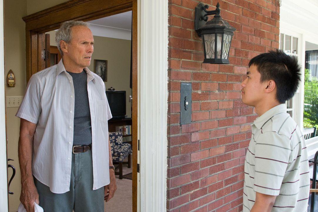 Durch Thao (Bee Vang, r.) wird aus dem verbitterten alten Walt (Clint Eastwood, l.) ein anderer Mensch ... - Bildquelle: Warner Bros