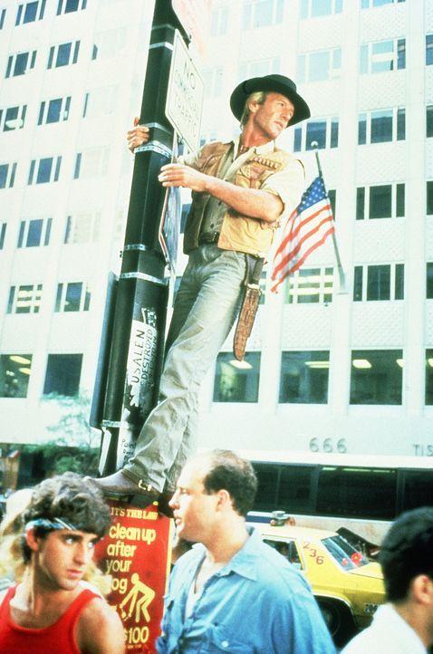 """Mick """"Crocodile"""" Dundee (Paul Hogan) sieht sich mit einer völlig fremden Welt konfrontiert ... - Bildquelle: Paramount Pictures"""