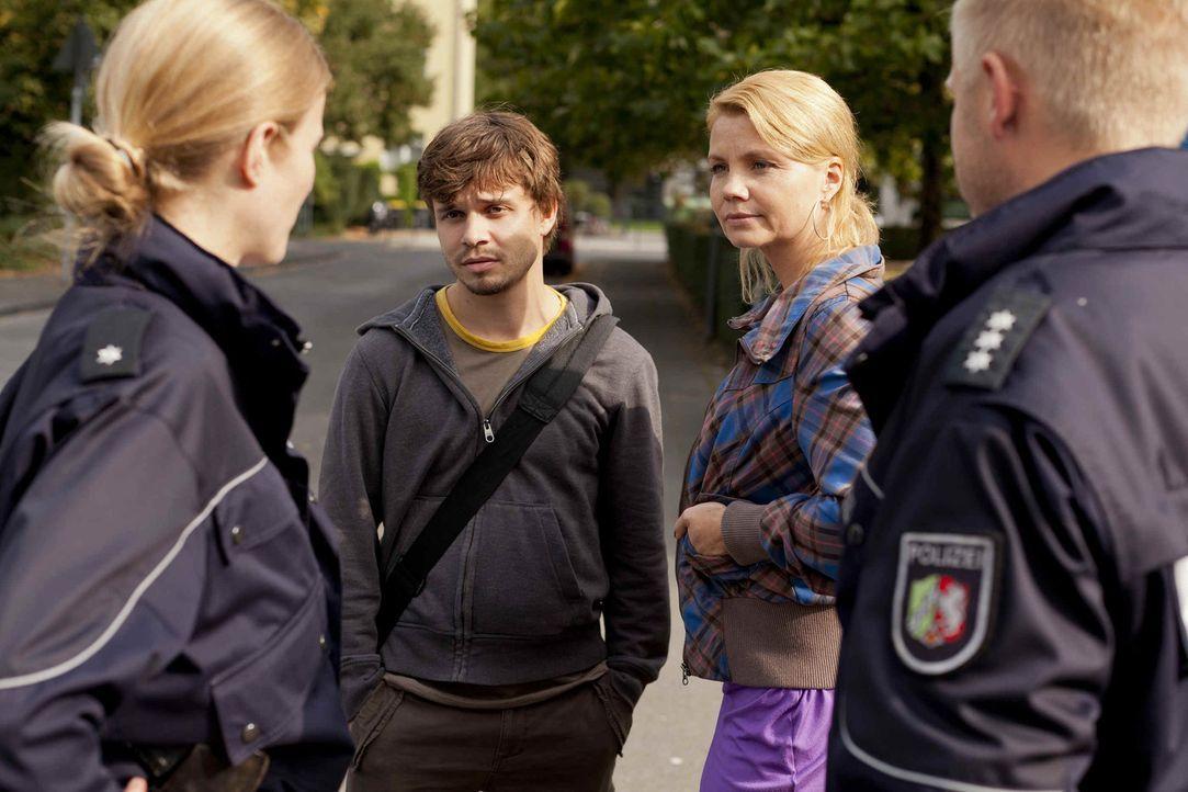 Um zu beweisen, dass er sich nicht an einem Mädchen im Kindergarten vergangen hat, bittet Erzieher Manuel Berger (Jonas Baeck, 2.v.l.) Danni (Annet... - Bildquelle: SAT.1