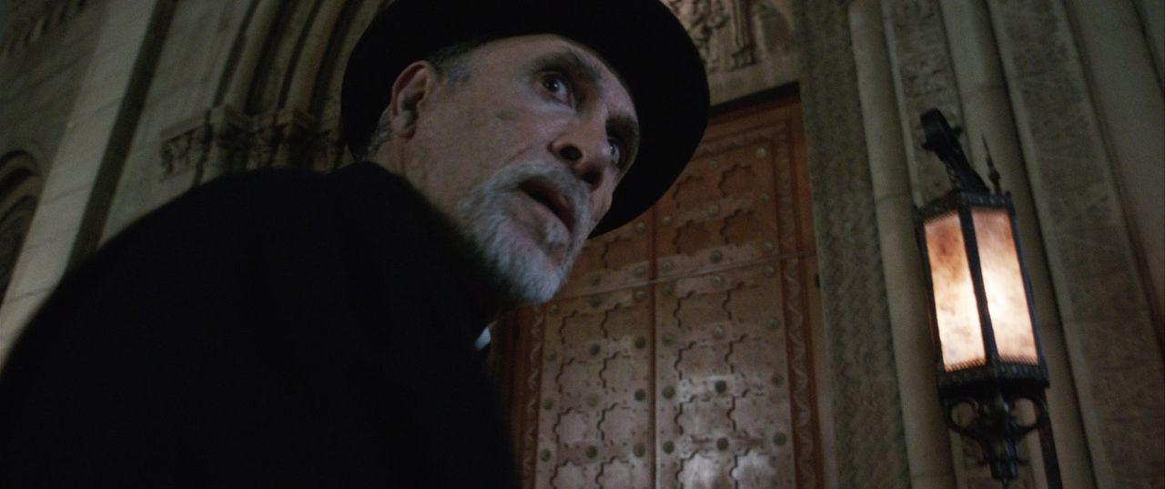 Pater Perez (Tony Amendola) schwebt in Lebensgefahr, als er sich mit den dunklen Mächten der Puppe Annabelle anlegt ... - Bildquelle: 2014 Warner Brothers