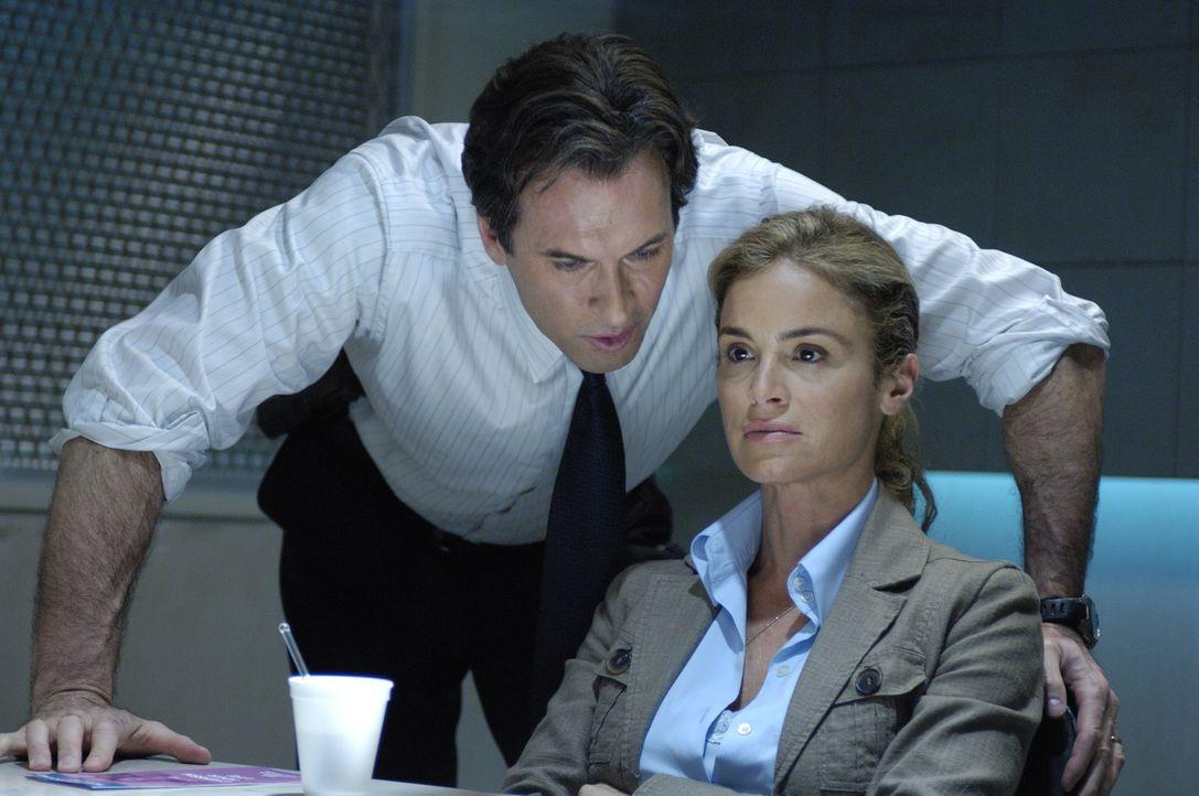 Agent Strahm (Scott Patterson, l.) verhört Kramers Ex-Frau Jill (Betsy Russell, r.). Denn er hegt einen schlimmen Verdacht ... - Bildquelle: 2007 Lionsgate, Twisted Pictures