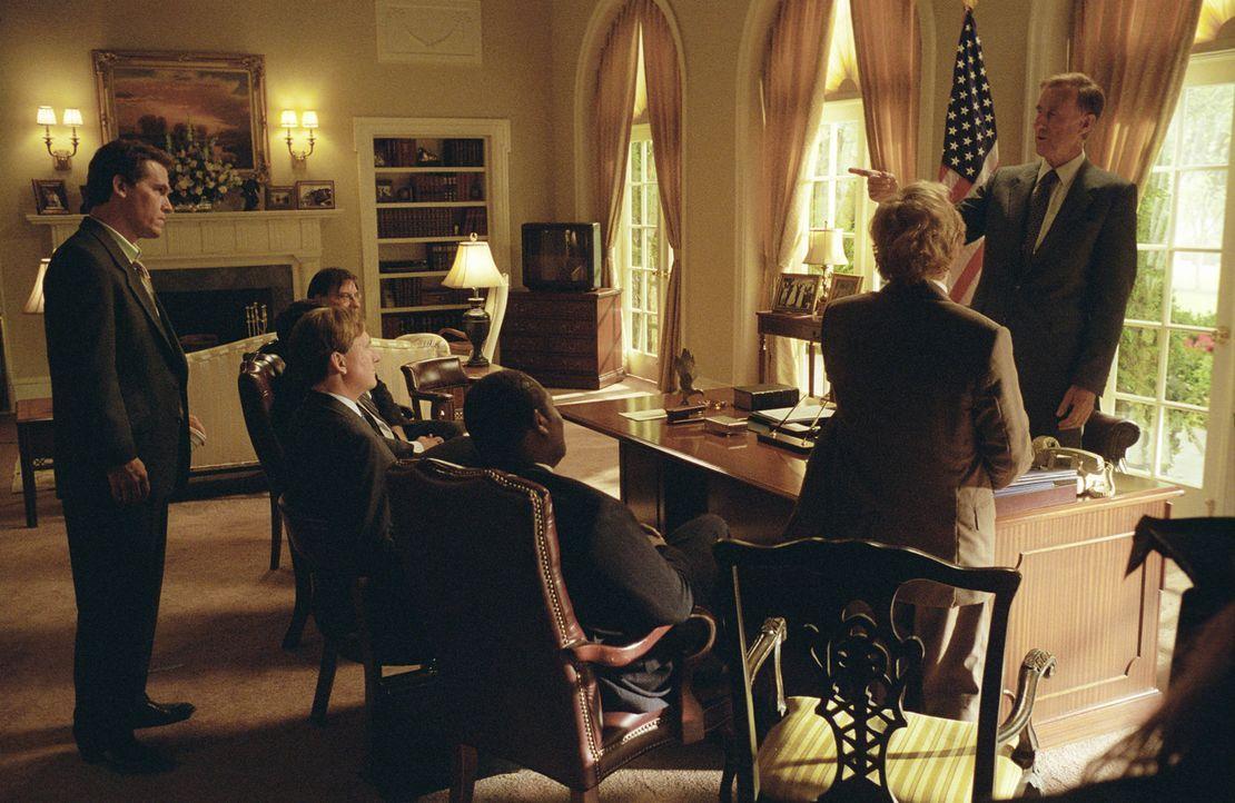 Wie der Vater, so der Sohn: George W. Bush (Josh Brolin, l,) and George H. W. Bush (James Cromwell, r.) ... - Bildquelle: Sidney Ray Baldwin 2008 Lionsgate Entertainment. All Rights reserved.