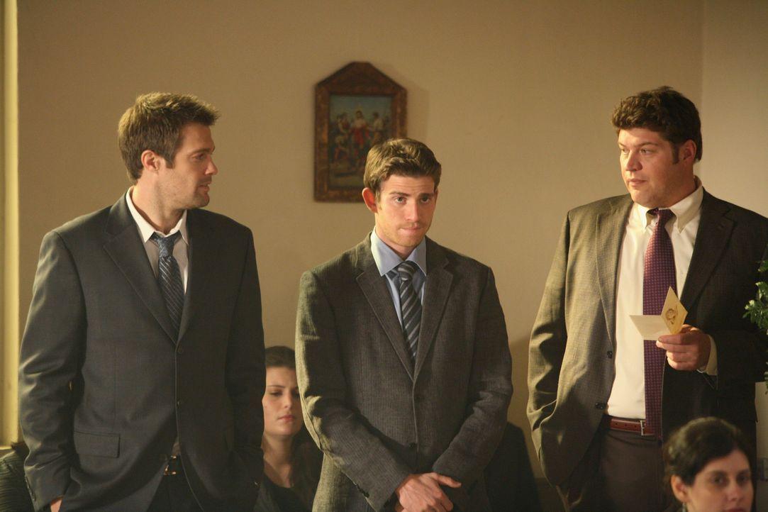 Während einer Trauerfeier erkennen Eddie Latekka (Geoff Stults, l.), Nick Garrett (Bryan Greenberg, M.) und Owen Rowan (Brad William Henke, r.), wie... - Bildquelle: ABC Studios