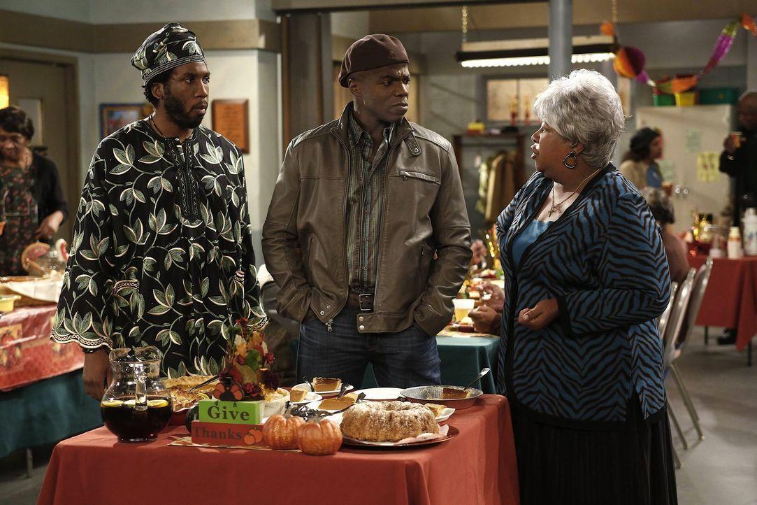Erleben ein Thanksgiving der besonderen Art: Samuel (Nyambi Nyambi, l.), Carl (Reno Wilson, M.) und Grandma (Cleo King, r.) ... - Bildquelle: Warner Brothers